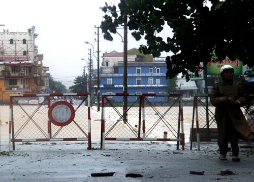 Đoạn đường qua Đập Đá ngập, cơ quan chức năng đã lập chốt chặn nghiêm cấm phương tiện qua lại