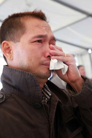 Mai Xuân Nam, một Việt kiều,không kìm được nước mắt, trong không khí xúc động của lễ viếng.