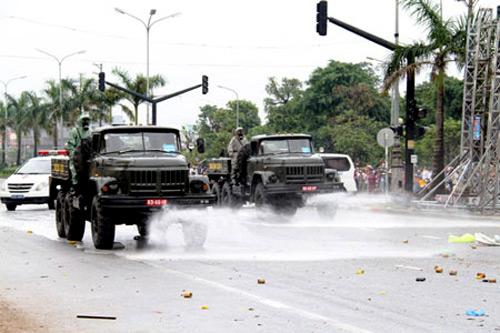 Bộ đội hóa học và y tế xử lý môi trường có chất độc sau khi đám đông gây rối đã bị giải tán