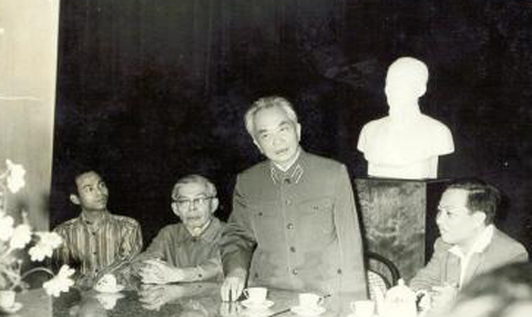 Đại tướng Võ Nguyên Giáp trong buổi làm việc có sự tham gia của viện sĩ Nguyễn Văn Hiệu. Ảnh: Vast.ac
