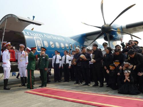 Chuyên cơ ATR 72 chở linh cữu Đại tướng chuẩn bị cất cánh tại sân bay Nội Bài.Ảnh: Tiền Phong