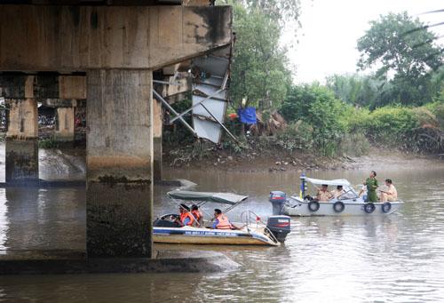 Cảnh sát giao thông đường thủy và cơ quan chức năng có mặt khảo sát hiện trạng cầu sau khi bị xà lan đâm. Ảnh: An Nhơn