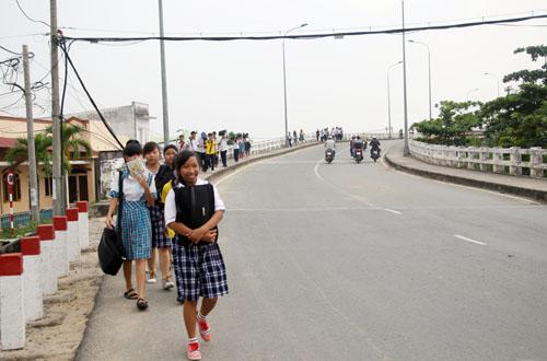 Xe đưa rước bị cấm qua lại, hàng trăm học sinh phải đi bộ qua cầu. Ảnh: An Nhơn