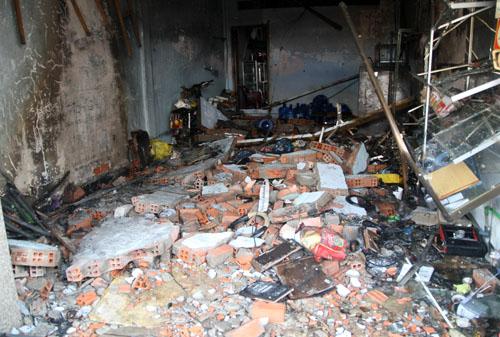 Tầng trệt căn nhà tan hoang sau vụ nổ và cháy. Ảnh: An Nhơn