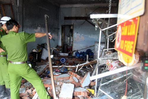 Cảnh sát có mặt khám nghiệm hiện trường sau vụ nổ. Ảnh: An Nhơn