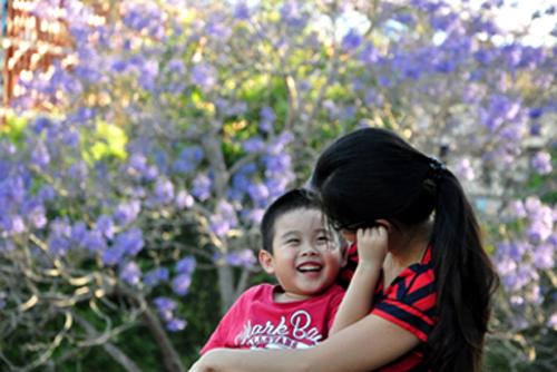 [Caption]Mẹ, con và hoa phượng tím. Ảnh: Nguyễn Thế Dương