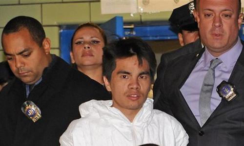 Mingdong Chen bị cảnh sát New York áp giải ra xe. Ảnh: AP.