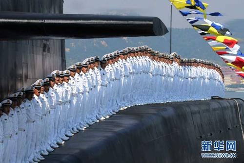 Lính hải quân Trung Quốc dàn hàng trên tàu ngầm hạt nhân.