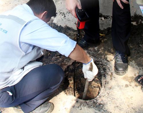 Sáng 30/10, nhân viên Trung tâm dịch vụ phân tích thí nghiệm tiếp tục lấy mẫu khí để tìm nguyên nhân.