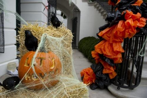 Halloween là một ngày lễ hội truyền thống được tổ chức vào đêm 31/10 hàng năm, chủ yếu ở các nước phương Tây. Trong ngày này những đứa trẻ sẽ hoá trang trong những bộ trang phục quái lạ, đến gõ cửa những ngôi nhà, xin bánh kẹo.
