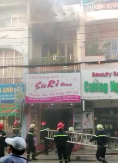 Khói lửa bùng lên dữ dợi ở căn nhà 3 tầng. Ảnh: An Nhơn
