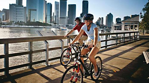 Đường đạp xe cạnh sông thì không dốc nên đạp xe ở đây rất thảnh thơi.