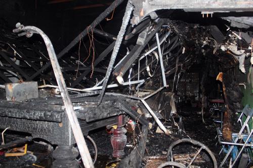 Nhiều bàn bida bị cháy thành than. Ảnh: An Nhơn