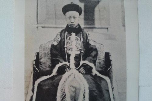 Vua Phổ Nghi (1906-1967) 3 tuổi lên ngôi Hoàng đế, là vị vua cuối cùng của Nhà Thanh, cũng là vị vua cuối cùng của Trung Quốc.