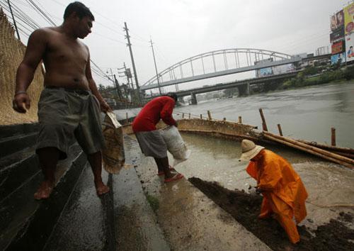 [Caption]Sau khi quét qua địa phận Phillipines và Biển Đông, siêu bão dược dự đoán cũng sẽ đổ bộ vào Lào và Việt Nam vào ngày 10/11.
