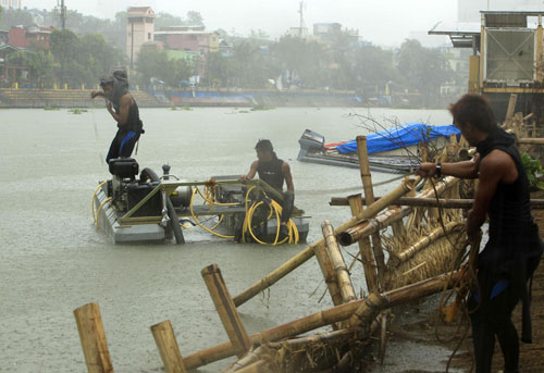 [Caption]Haiyan smashed the into central island the island of Samar, about 600 kilometres southeast of Manila, at 4:40am (2040 GMT Thursday) and was travelling quickly northwest, state meteorologist Romeo Cajulis told AFP.