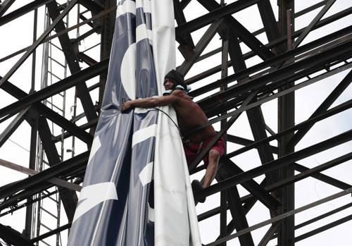 Người đàn ông nàyđang cố gắng buộc tấm bạt quảng cáo trên cao lại trước khi bão đến. Bão Haiyan cósức gió trung bình 310 km/h.