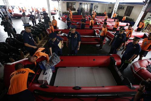 Chỉ huy Bảo vệ Bờ biển Philippines, chuẩn đô đốcRodolfo Isorena (thứ hai từ trái sang) đang kiểm tra các thuyền cao su mới tại trụ sở của lực lượng này ở Manila để chuẩn bị đối với siêu bão. Khoảng 40 thuyền cao su và 20 thuyền nhôm đã được các quan chức Bảo vệ Bờ biển thanh tra.