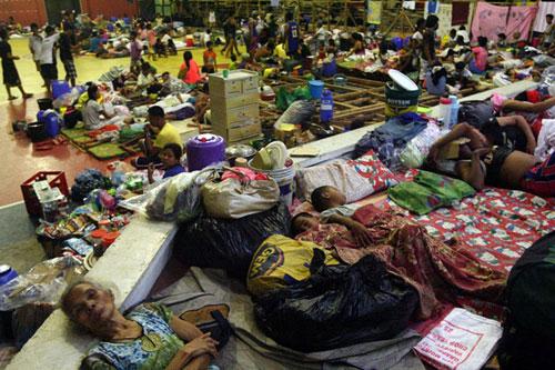 Người dân Philippines nằm ngủ giữa đồ đạc ngổn ngang tại một trung tâm thể thao vừa được biến thành trại tạm trú ở thành phốSorsogon, vùng Bicol. Hàng nghìn người Philippines đã sơ tán khỏi các vùng ven biển ở phía đông nước này khi giới chức dự báo Haiyan là cơn bão mạnh nhất trong năm nay.Các trường học và văn phòngđều phải tạmđóng cửa.