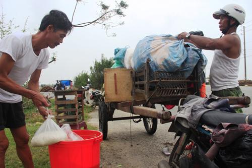 Gia đình bác Đặng Phiên, thôn Mỹ An, xã Phú Dương, huyện Phú Vang đang gói gém đồ đạc để di chuyển đến nơi an toàn. Trần Văn
