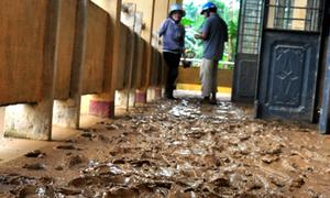 Trường học ngập bùn đất sau lũ lịch sử