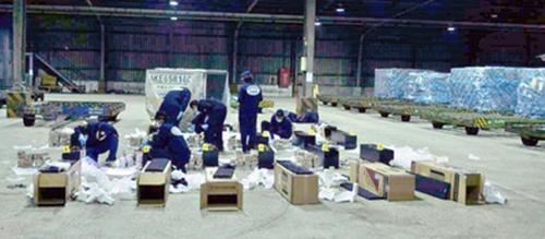 Kiện container chứa các dàn loa nhập khẩu từ Việt Nam.