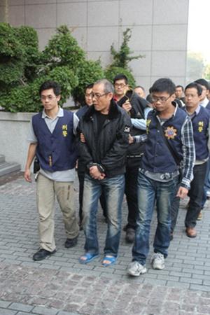 7 người bị bắt giữ, trong đó nghi phạm chính tên là Wong, một nghi phạm nữa tên Chu, làm việc cho một công ty hậu cần kho vận, và một nghi phạm tên Yeh, được cử đến để nhận ma túy tại sân bay.  Wong, nghi phạm cầm đầu, từng làm việc cho một công ty vận tải hàng hóa và quen thuộc với các kênh vận chuyển hàng. Y từng đến Việt Nam và Trung Quốc nhiều lần, rất có thể là để xử lý ma túy bất hợp pháp, các nhà điều tra cho biết. Ảnh:CNA