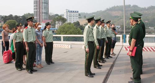 Trao trả đối tượng và các nạn nhân cho lực lượng BĐBP tỉnh Lào Cai.