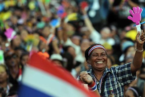 Cuộc tụ tập diễn ra trong bối cảnh có tuyên bố cho rằng chính phủ của Thủ tướng Yingluck Shinawatra do anh trai bà, cựu thủ tướng bị lật đổ, Thaksin Shinawatra, kiểm soát.
