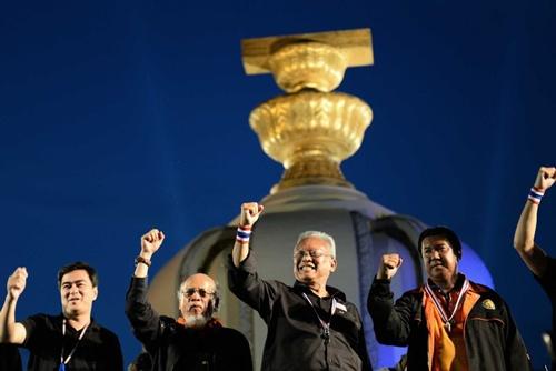 """""""Chúng ta sẽ không dừng lại kể cả khi bà Yingluck Shinawatra từ chức hay Quốc hội giải tán. Cuộc biểu tình của chúng ta sẽ tiếp tục cho tới khi chúng ta dứt bỏ được chế độ Thaksin"""", cựu nghị sĩ thuộc đảng Dân chủ, lãnh đạo biểu tình, Suthep Thaugsuban hôm qua nói trước đám đông. Tuy nhiên ông cũng cho biết """"cuộc chiến sẽ kết thúc trong vòng ba ngày""""."""