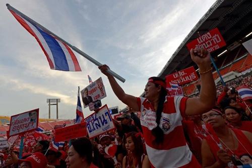 Những tấm biển dán ảnh bà Yingluck cùng anh trai Thaksin được giương lên tại sân vận động.