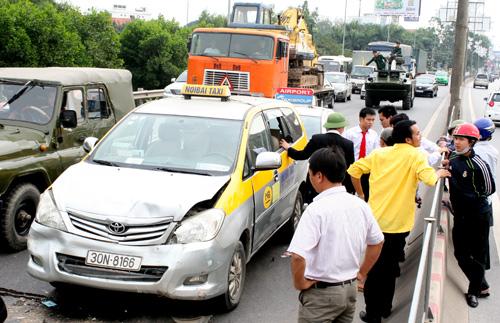 Vụ việc xảy ra khiến các xe phải dừng lại để giải quyết nên đường cao tốc Thăng Long - Nội Bài bị ùn ứ theo chiều đi sân bay. Ảnh: Phương Sơn