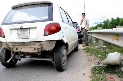Chiếc xe Matiz nằm ở vị trí thứ 4 nên bị hư hỏng nặng phần đầu và đuôi. Ảnh: Phương Sơn