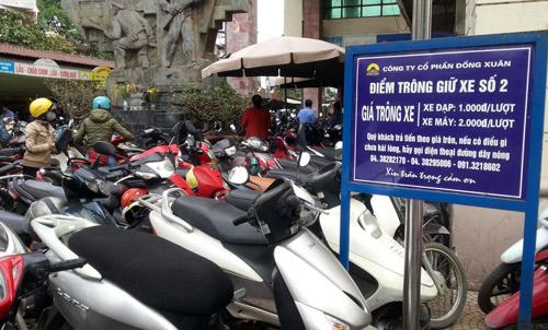 Dù có tấm biển ghi giá trông giữ xe trên cuống vé và tấm biển nhưng nhiều nhân viên trông giữ xe ở chợ Đồng Xuân luôn đòi khách 10.000 đồng.Ảnh: Phương Sơn
