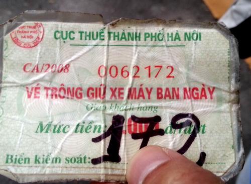 Vé của bãi trông giữ xe trái phép trên phố Cầu Gỗ (đoạn gần nhà hát múa rối Thăng Long), được làm giả và ghi số cố định rồi ép plastic