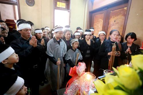 Hàng trăm người đến dự đám tang chị Huyền diễn ra vào chiều nay tại nhà tang lễ bệnh viện Thanh Nhàn. Ảnh: Phương Sơn