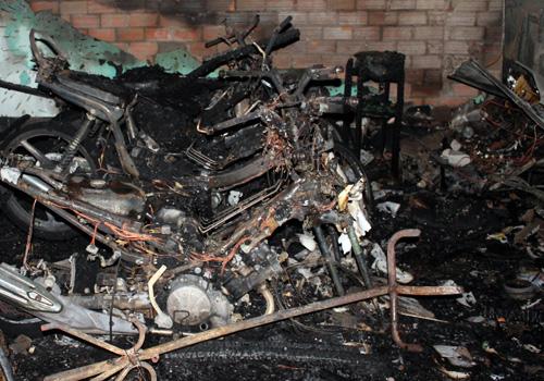 Nhận định ban đầu, lửa bốc lên từ khu vực các xe máy. Ảnh: Đức Minh
