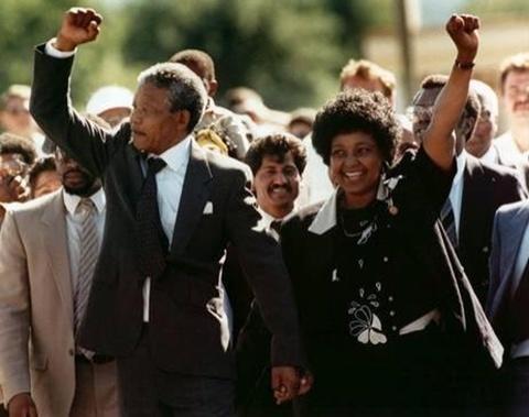 Mandela và vợ Winnie hôm 19/2/1990 tay trong tay, giơ nắm đấm lên cao khi ông được thả khỏi nhà tù Victor ở Cape Town, Nam Phi. Ảnh: AP