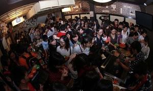 Trăm sinh viên tranh nhau tiệc buffet 'như người sắp chết đói'
