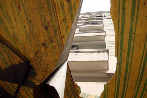 Tấm bạt mái hiên nhà bị thủng một lỗ khi bé trai rơi từ tầng 7 chung cư xuống. Ảnh: An Nhơn