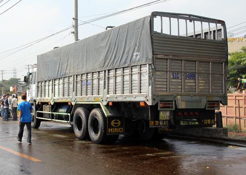 Xe tải chở bồn hóa chất gặp sự cố. Ảnh: An Nhơn