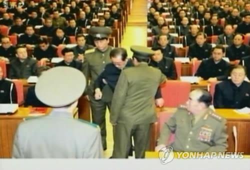 ÔngJang Song-thaek, cựu phó Chủ tịch Quân ủy trung ương Triều Tiên bị bắt ngay giữa cuộc họp.