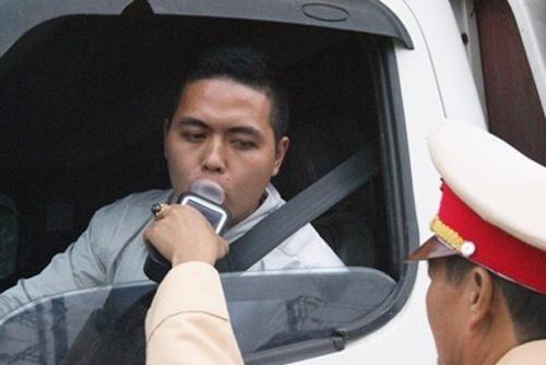 """các tài xế sẽ không phải xuống xe trong lúc CSGT kiểm tra sơ bộ để phát hiện có sử dụng rượu, bia hay không.  """"Chỉ đến khi máy phát tín hiệu phát hiện lái xe có mùi rượu, bia, người điều khiển phương tiện mới phải xuống xe để tiếp tục đo nồng độ cồn xác định mức độ vi phạm. Ảnh: Tiền Phong"""