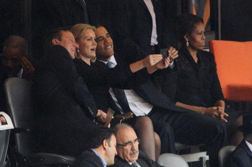 """Bức ảnh ghi lại khoảnh khắc """"tự sướng"""" củaTổng thống Obama, Thủ tướng Anh David Cameron và Thủ tướng Đan Mạch Helle Thorning-Schmidt"""