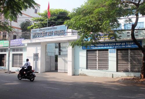 Nhóm nữ sinh Trường THPT Nguyễn An Ninh bị cắt tóc trước cổng trường. Ảnh: Châu Thành