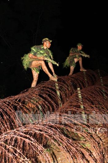 Vượt qua hàng rào bùng nhùng bằng đôi chân trần