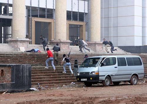 khủng bố xông vào tòa nhà, bắt con tin, đòi yêu sách với chính quyền.