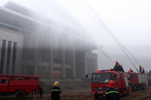 Lực lượng phòng cháy chữa cháy dập tắt đám cháy do bọn khủng bố gây ra tại tòa nhà cao tầng.
