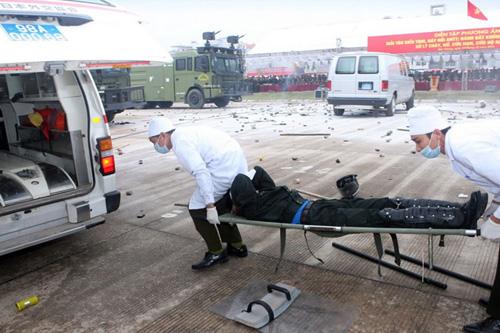 Lực lượng y tế cấp cứu những nạn nhân bị thương.