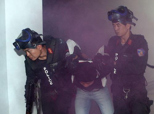 cảnh sát cơ động bắt giữ bọn khủng bố.